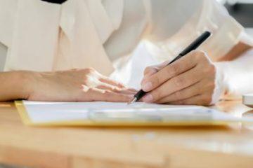femme-affaires-asiatique-signant-document-contractuel-traitant